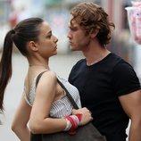 Umut y Eylem comparten una peligrosa historia de amor en 'Içerde'
