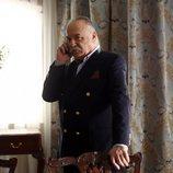 Celal Duman habla por teléfono en 'Içerde'