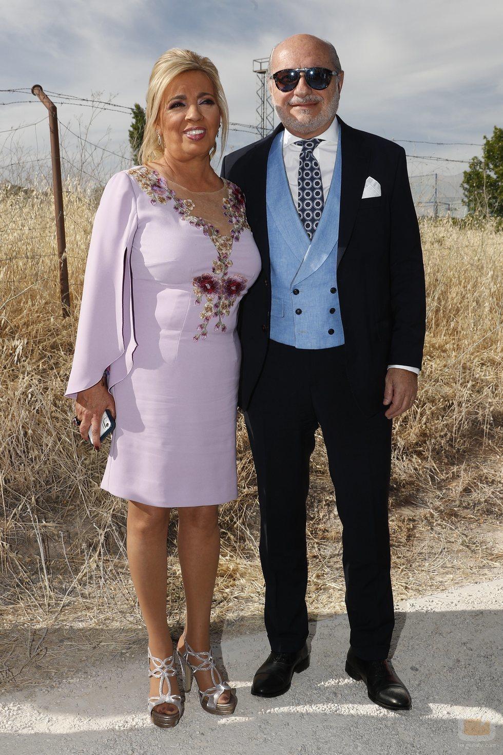 Carmen Borrego junto a su marido en la boda de Belén Esteban y Miguel