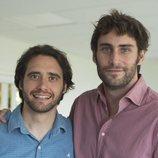 Llorenç González y Fernando Guallar posan durante la lectura de guion de 'Velvet: una navidad para recordar'