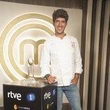 Aleix, ganador de 'MasterChef 7', posa junto al trofeo
