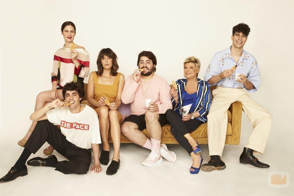 Javier Calvo y Javier Ambrossi, creadores de 'Paquita Salas', con el elenco de la tercera temporada