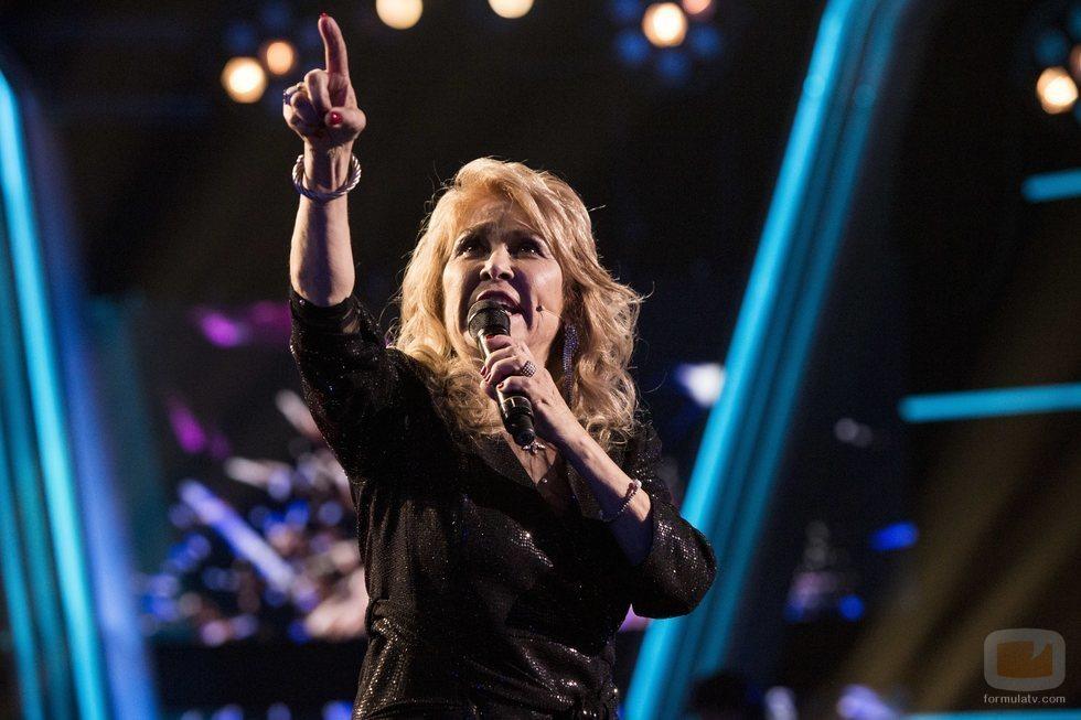 Helena Bianco cantando en la final de 'La Voz Senior'