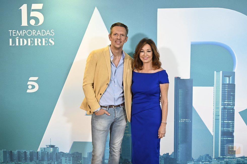 Ana Rosa Quintana y Joaquín Prat, en el cierre de la temporada 15 de 'El programa de Ana Rosa'