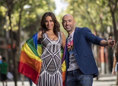 Emilio Pineda y Carmen Alcayde, presentadores del especial Orgullo 2019 en Telemadrid