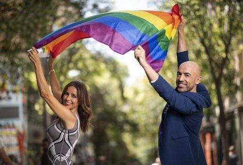 Emilio Pineda y Carmen Alcayde posan con la bandera LGTB