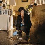 Eva Aguirre busca pruebas en la escena del crimen en 'Perdida'
