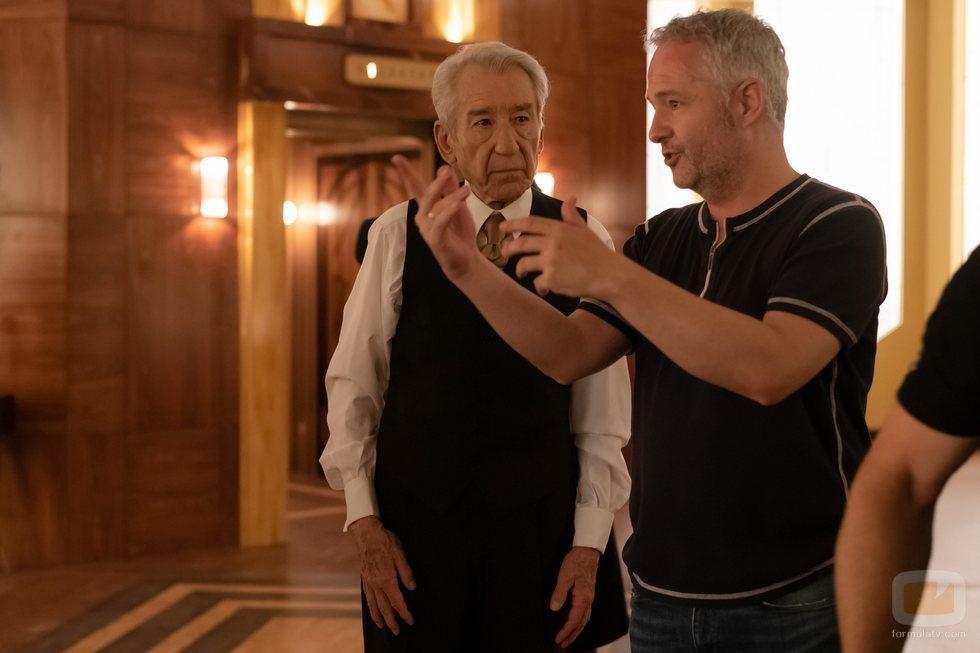 José Sacristán junto al director Gustavo Ron en el rodaje del final de 'Velvet colección'