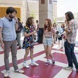Millie Bobby Brown, Sadie Sink y los hermanos Duffer en el rodaje de la tercera temporada de 'Stranger Things'