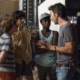 Noah Schnapp, Finn Wolfhard, Caleb McLaughlin y Shawn Levy en el rodaje de la tercera temporada de 'Stranger Things'