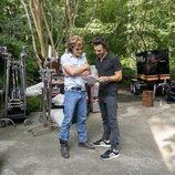 Dacre Montgomery y Shawn Levy en el rodaje de la tercera temporada de 'Stranger Things'