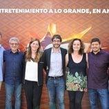 Juanra Bonet, Carmen Ferreiro y Montse Claros junto a Los Lobos de '¡Boom!' tras ganar el bote
