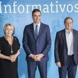 Rosa Mateo, Pedro Sánchez y Eladio Jareño posan en el plató de Informativos de TVE