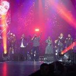 Coaches y concursantes cantando en el concierto de 'La Voz'