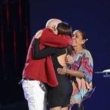 Chabelita y Kiko Rivera se abrazan delante de Isabel Pantoja en 'Supervivientes 2019'