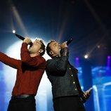 Luis Fonsi y David Bisbal cantando en el concierto de 'La Voz'