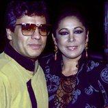Juan Gabriel e Isabel Pantoja posando juntos en la década de los años 90