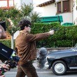 Àlex Monner apunta con una pistola en 'La línea invisible'