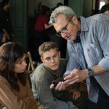 Anna Castillo y Patrick Criado junto a Mariano Barroso en el rodaje de 'La línea invisible'