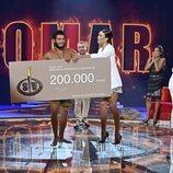 Sofía Suescun entregando el premio a Omar Montes en la gran final de 'Supervivientes 2019'