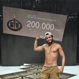 Omar Montes, ganador de 'Supervivientes 2019', posa con el premio en la gran final