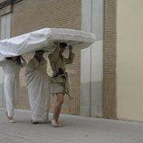 Juanjo, Raquel y Sergio transportan un colchón en 'El contenedor'