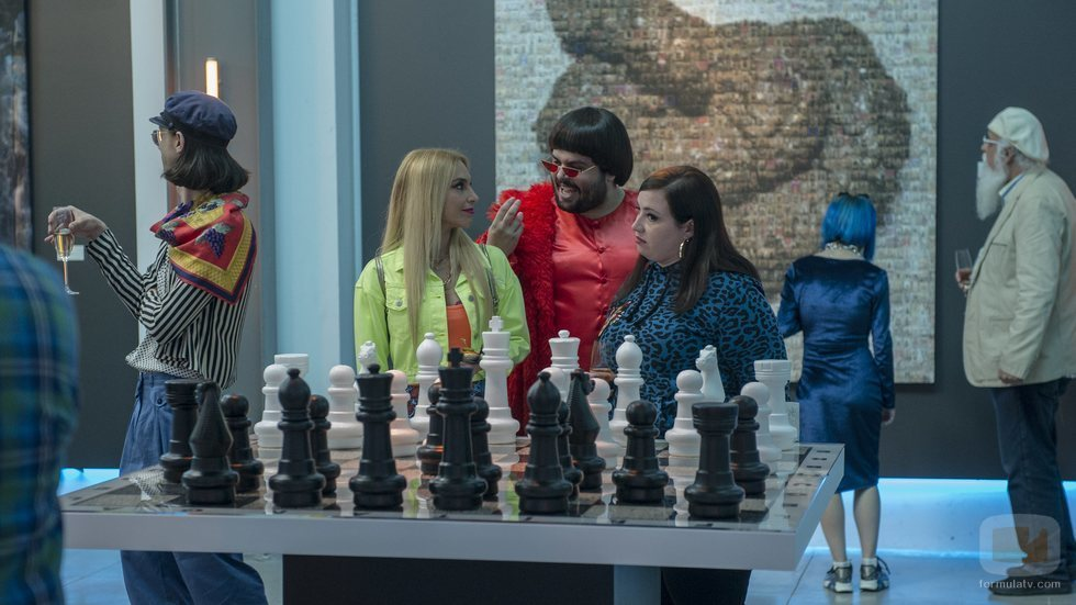 Brays Efe junto a Saida Benzal y Marta Martín en el rodaje de 'Por H o por B'