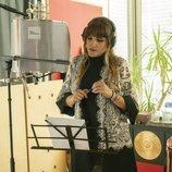 Rozalén en el estudio para grabar la sintonía de 'Mercado Central'