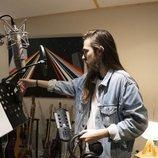 Carlos Sadness en el estudio para grabar la sintonía de 'Mercado Central'