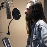Carlos Sadness en el estudio grabando el tema principal de 'Mercado Central'