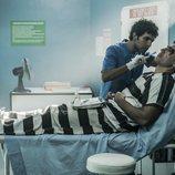 Miguel Ángel Silvestre recibiendo cuidado sanitario en 'En el corredor de la muerte'