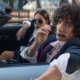 Danna Paola y Jorge López montados en un coche en la segunda temporada de 'Élite'
