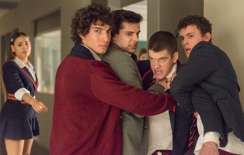 Germán es contenido por algunos compañeros en la segunda temporada de 'Élite'