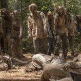 Un grupo de caminantes en la décima temporada de 'The Walking Dead'