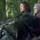 Daryl y Carol subidos en la moto en la décima temporada de 'The Walking Dead'
