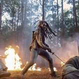 Michonne luchando contra los caminantes en la décima temporada de 'The Walking Dead'