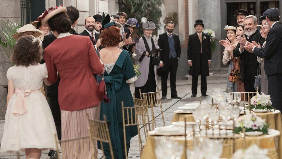Carmen, rodeada de todos sus vecinos en su boda en 'Acacias 38'
