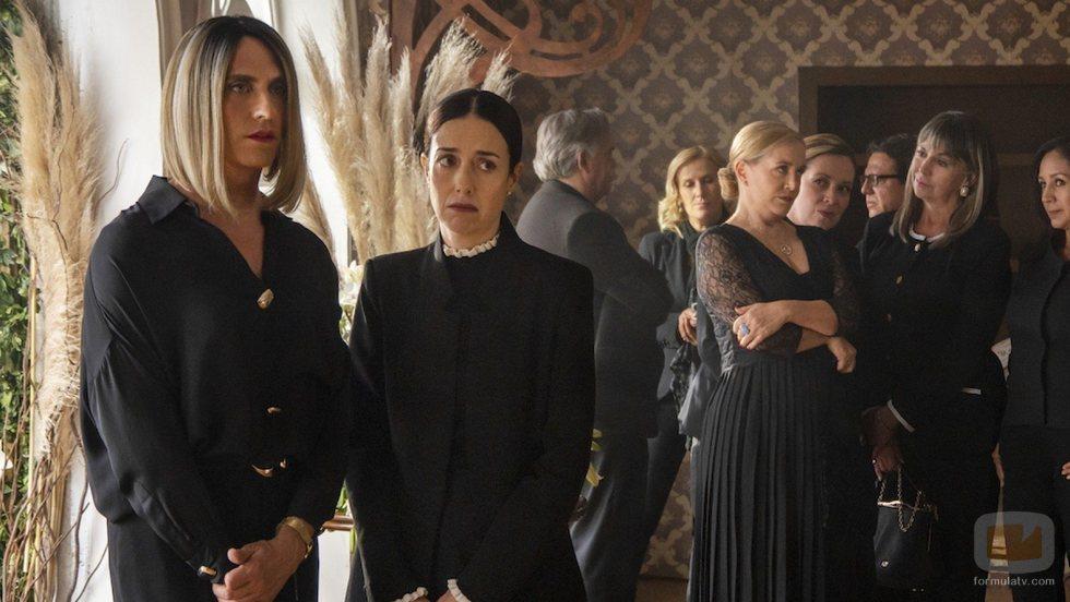 Paco León junto a Cecilia Suárez en la segunda temporada de 'La casa de las flores'