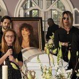 La familia de la Mora en el entierro de Virginia de la Mora en la temporada 2 de 'La casa de las flores'