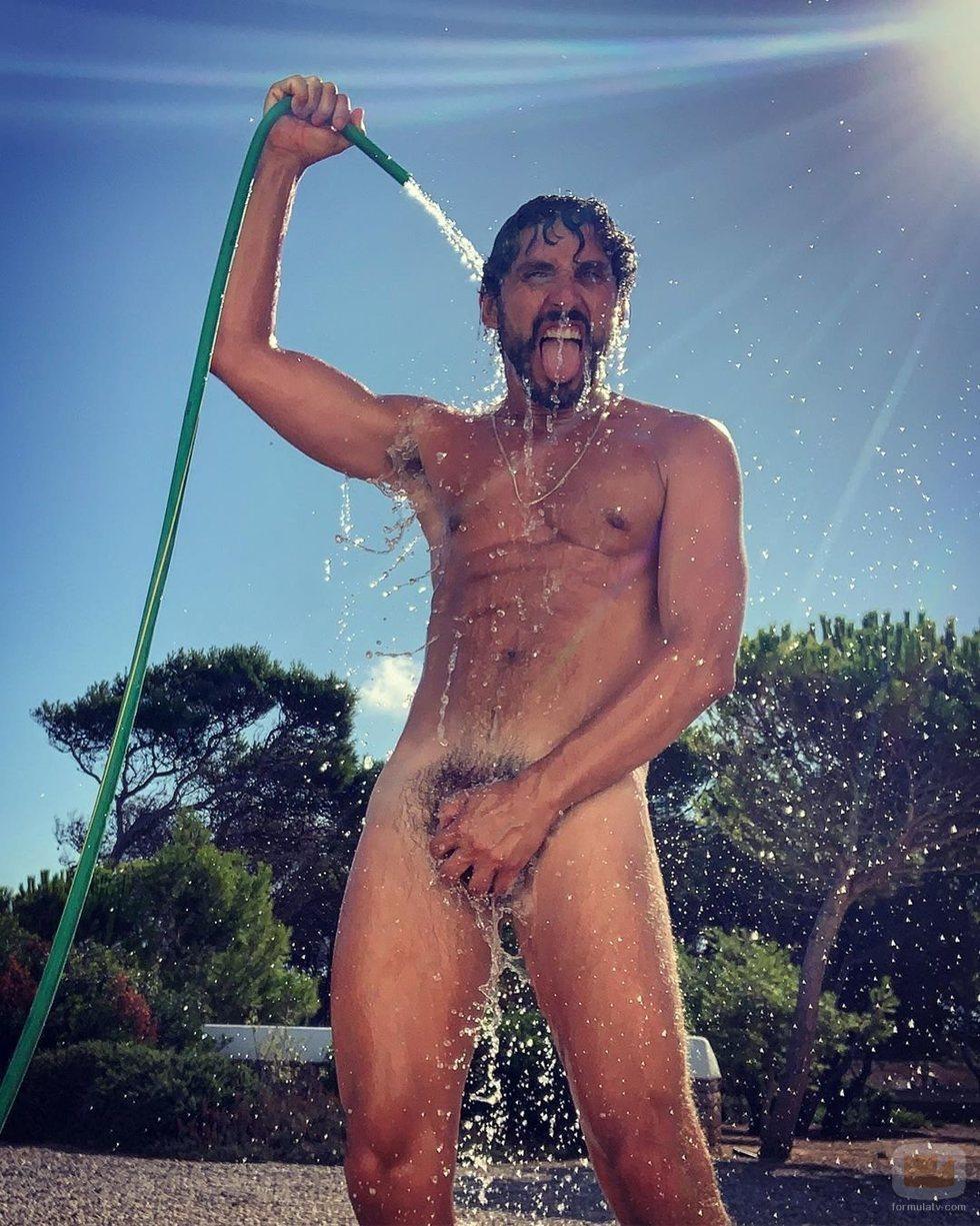 """Paco León, desnudo, muestra su """"manguerazo"""""""