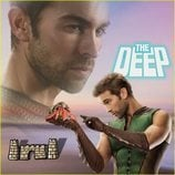 Chace Crawford juega con un cangrejo en el calendario de 'The Boys'
