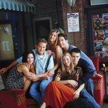 Los protagonistas de 'Friends' posan en el sofá