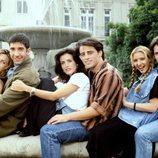 Los protagonistas de 'Friends' posan delante de la fuente de la cabecera