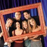 Los actores de 'Friends' posan detrás de un marco