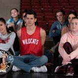 Nini observa la actuación de Ricky junto a su novio E.J. en 'High School Musical'