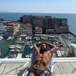 Can Yaman disfruta del sol en Nápoles