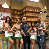 Carlos Sobera junto a los camareros de 'First Dates' en el especial Beach Club