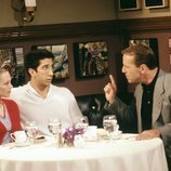 Alexandra Holden, David Schwimmer y Bruce Willis en 'Friends'