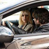 Maggie Civantos y Salva Reina en el interior de un coche en 'Malaka'