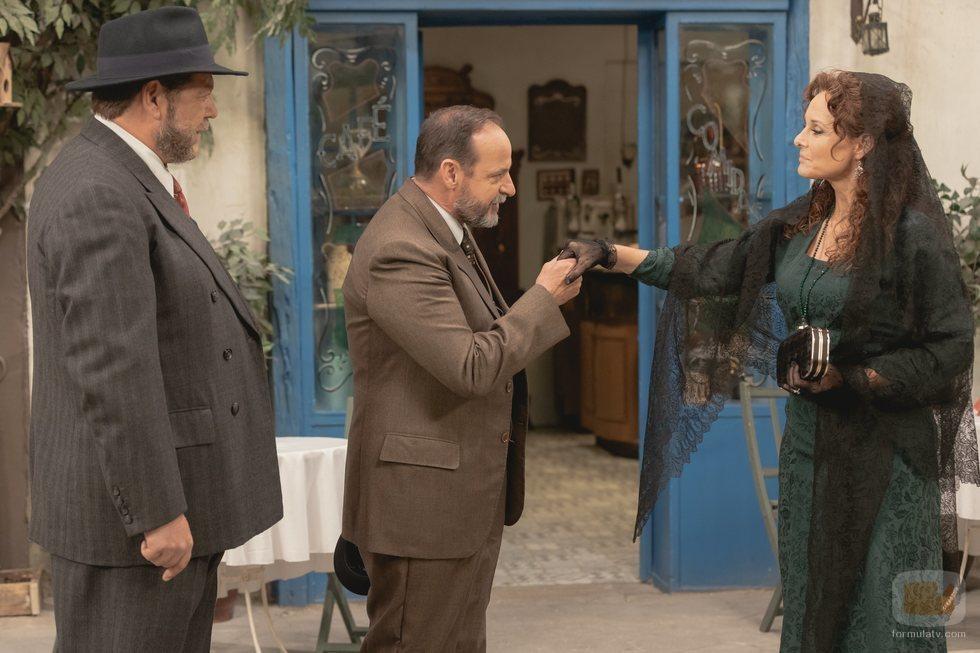 Raimundo saludando a Isabel de los Visos en 'El secreto de Puente Viejo'